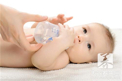 婴儿多大开始喝水?